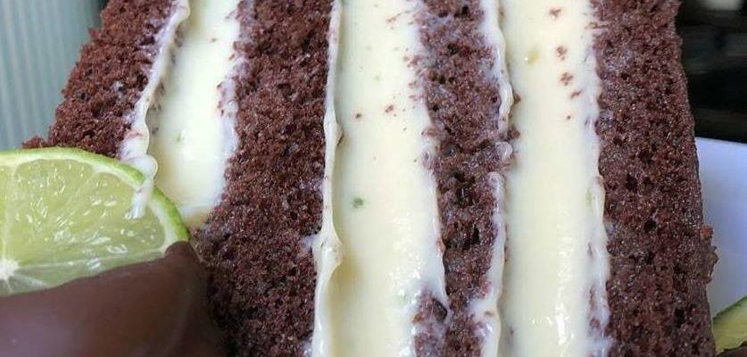 Bolo de Chocolate Recheado com Mousse de Limão