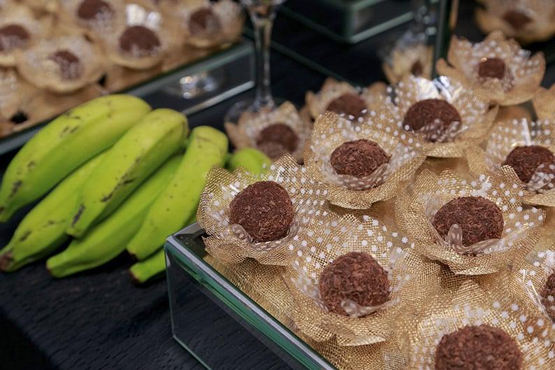 Para quem ama brigadeiro mas não quer sair da dieta vai amar essa receita de  Brigadeiro de Biomassa de banana verde, além de nutritivo ele é muito saboroso e é uma ótima opção para quem quer comer um doce fitness.