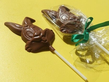 A Páscoa já ta chegando e essa receita de Pirulito de chocolate em forma de coelho, é um sucesso entre as crianças