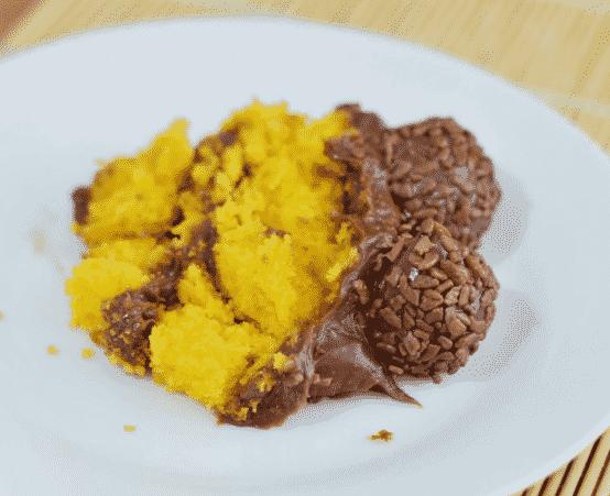 Então essa receita de Bolo de cenoura chocolatudo, é um bolo de cenoura com muito chocolate e brigadeiro para pegar comer de colher e dividir com a família toda ou com os amigos,