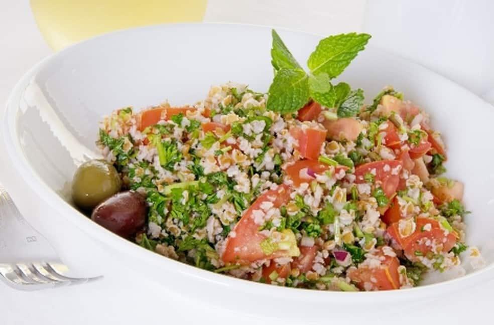Então hoje a receita é como fazer Tabule com farinha de kibe, uma salada super fácil, nesse usamos ingredientes de um tabule tradicional, mas use a sua imaginação e coloque os ingredientes da sua preferencia e tenho certeza que vai ficar delicioso também...