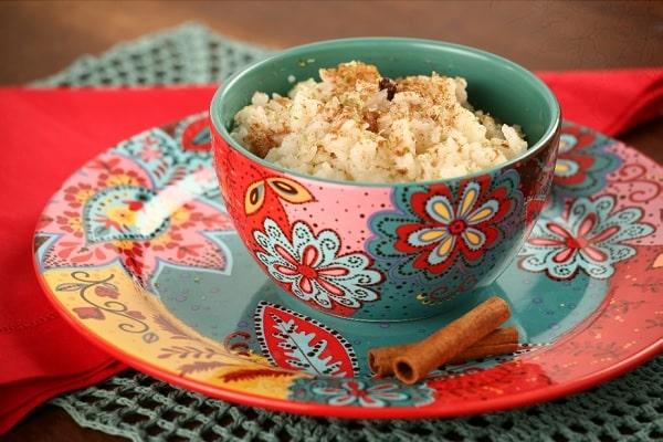 arroz doce sem leite condensado é muito simples: basta misturar todos os ingredientes (exceto a canela em pó e as raspas de limão) e levar ao fogo até engrossar. Para finalizar, basta adicionar os dois ingredientes restantes e servir.