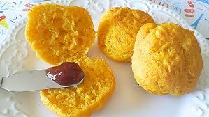Maravilhoso Pãozinho de Abobora FIT - Lembra pão de queijo Essa é uma receita que lembra o pão de queijo, mas em uma versão fit, que ganha um toque de chia e de abóbora