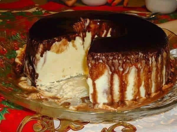 Então hoje você vai aprender a fazer esse delicioso GELADO DE CREME COM CALDA DE CHOCOLATE, essa sobremesa vai te surpreender tanto no sabor quanto na facilidade de fazer.