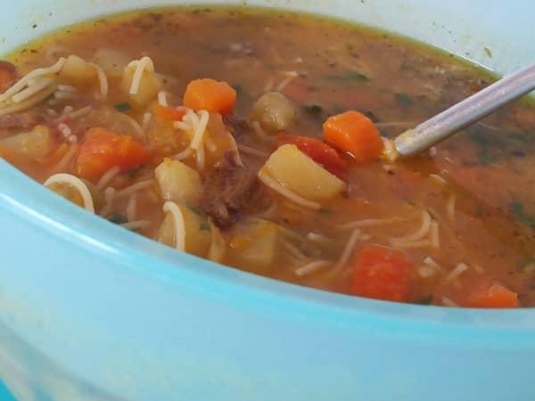 Deliciosa Sopa de Legumes com Carne , fácil de fazer e perfeita para o jantar dos dias mais frios. Por conter legumes picados, carne e macarrão,