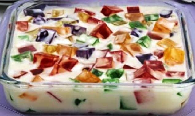 Gelatina colorida e preparada com creme de leite